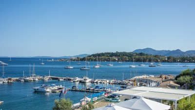 Ormos Garitsas is a large bay with good holding for anchoring close to old town..